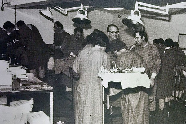 1960s student doctors train in operating theatre